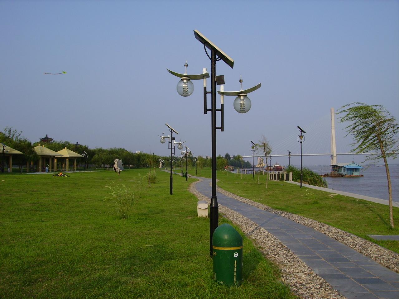 宁夏中卫太阳能路灯专业生产厂家-汉能光电科技有限公司,本公司通过对 宁夏中卫等地的走访,调查,结合当地的实际情况和客户的使用要求,为客户免费设计最合理最科学的配置方案,我们拥有专业的先进的生产设备和管理制度竭力为 宁夏中卫的广大客户提供高端优质的太阳能路灯等产品。 每个 宁夏中卫太阳能路灯都是个相对独立的系统,在安装施工时不用预埋电缆,也不用开挖路面,这就节省了相当一部分人力物力和安装费用,还防止了电线老化带来的安全隐患,尤其受到电力相对吃紧、偏远地区,供电施工时间长的地区都比较适用 太阳能路灯全套价格多