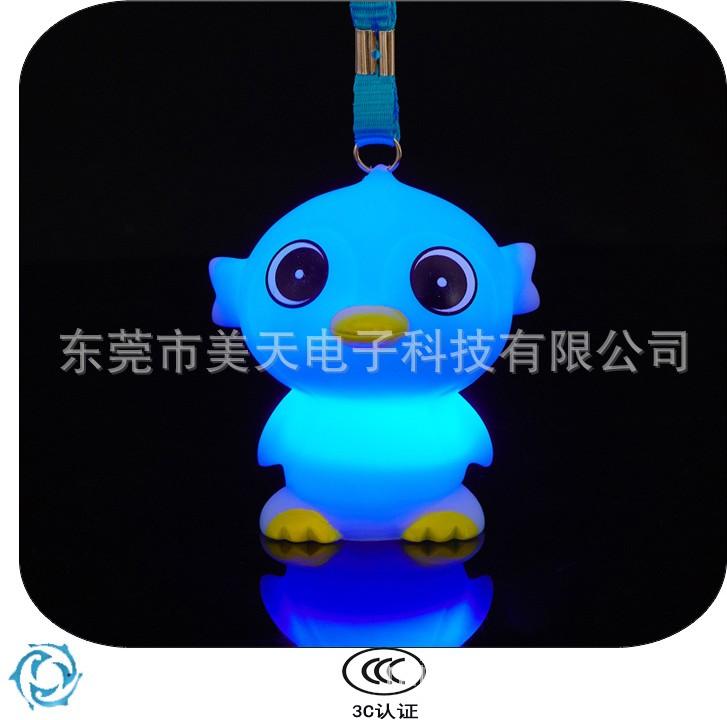 发光企鹅 可爱大眼呆萌塑胶企鹅玩具 搪胶挂绳益智发光玩具