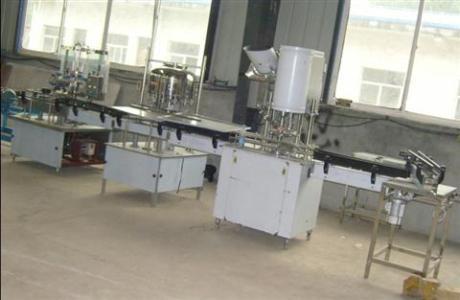 梁山欢胜出售全自动玻璃瓶灌装机      山东出售全自动玻璃瓶灌装机1套